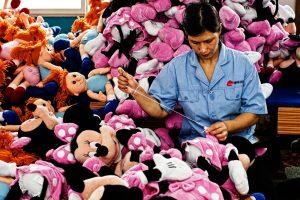 Handmatige productie van knuffels