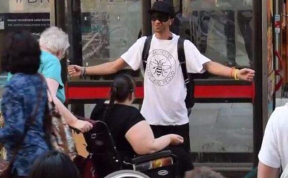 Knuffel tegen moslimhaat in Manchester